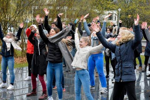 DANSERE: Elever fra danselinja på St. Hallvard videregående skole er blant dem som deltar på kveldens vandreforestilling i Lierbyen. Her fra et tidligere TILT-arrangement i rådhusparken.
