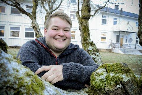 STOLT OG GLAD: Benjamin Solvang er én av tre tidligere pasienter på Bergfløtt behandlingssenter som deler sine erfaringer om hvordan det er å leve med en psykisk lidelse, i programserien «Stemmene i hodet». Serien er nå nominert til Gullruten-prisen for beste dokumentarserie.
