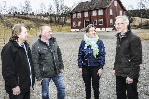 Fra venstre: Morgan Langfeldt (Frp), styreleder Åsmund Johannessen i Stiftelsen Lier Bygdetun, ordfører Gunn Cecilie Ringdal og Aasmund Lyhus smilte bredt over den statlige tildelingen.FOTO: PÅL A. NÆSS