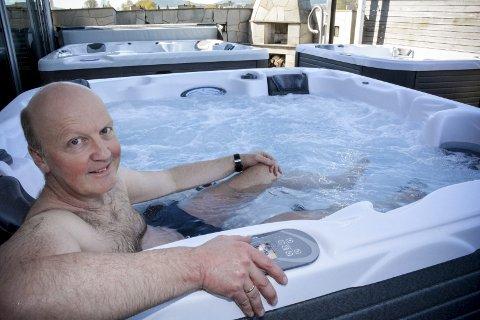 HELSE OG VELVÆRE: Daglig leder og innehaver av Spatec Norge AS, André Høvik, tar seg gjerne et varmt bad utenfor butikken i St. Hallvardsvei. Etter 20 år i bransjen har det blitt mange bad - og kanskje enda flere salg.
