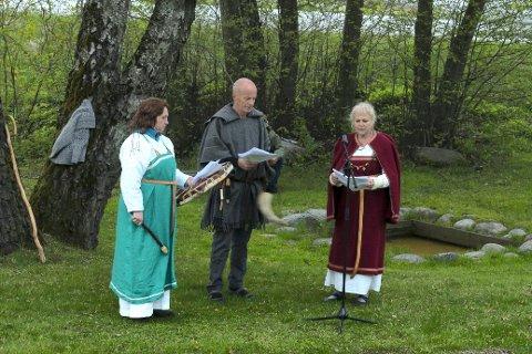 HALLVARDSOK: Medlemmer fra Pilegrimsforeningen dramatiserte St. Hallvardlegenden foran de fremmøtte på Huseby gård mandag.