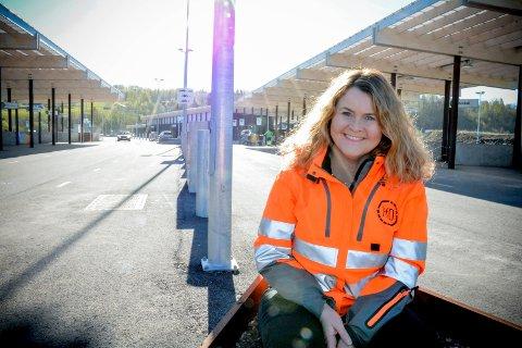 KJEMPEFORNØYD: Kommunikasjonssjef i RfD, Marianne Holen, synes det er flott at stadig flere liunger velger å levere avfall på gjenvinningsstasjonen på Lyngås.