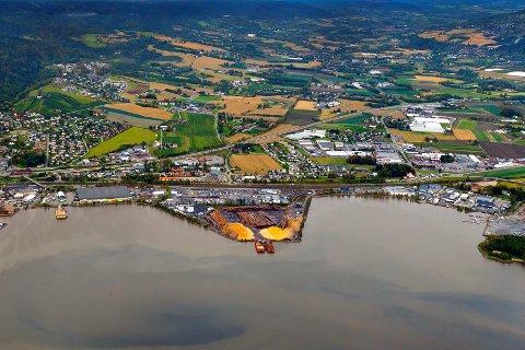 Fortsetter: Tømmerterminalen (til høyre i bildet) ligger innenfor det område som en gang skal bli fjordby. Etter vedtaket i planutvalget kan utskipingen av tømmer fortsette fram til sommeren 2022.