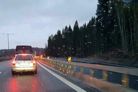 STENGER VEIEN: For å få gjennomført omleggingen av veien på Gjellebekk, blir europaveien stengt mellom Tranbykrysset og Lierskogen natt til søndag.