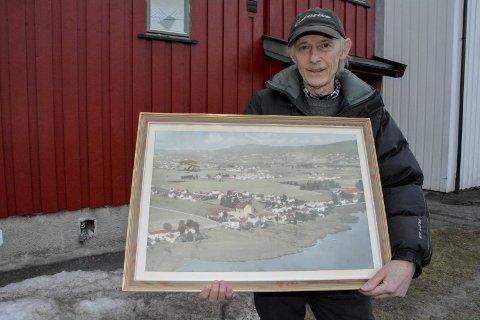 DEN GANG DA: Vidar Grønli viser fram et flyfoto over Lierstranda fra hans barndom – før utbyggingen av området. Nå frykter han at også det siste grøntområdet som er igjen på Lierstranda skal bli borte.