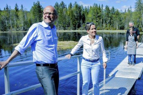 VED GARSJØ: Klima- og miljøminister Vidar Helgesen møtte blant andre ordfører Gunn Cecilie Ringdal, Anne N. Jensen og Sven Helgevold.