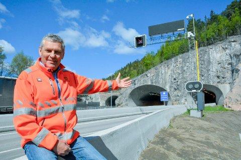 VÆR SÅ GOD OG KJØR: Byggeleder Helge Thorsby i Statens vegvesen gleder seg over at utbedringsarbeidene nå er ferdige, og tunnelene igjen kan åpnes for fri ferdsel - i normal hastighet.