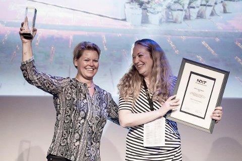 JUBLENDE GLADE: Lise Foss Andersen og Monica Neve fra scenen da de mottok prisen som årets omnikanal under Netthandel.no- og Virke-konferansen «NXT – The Transformation of Retail».