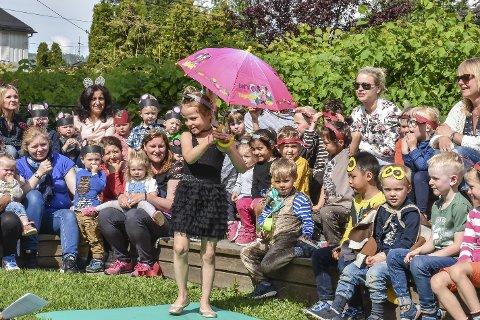 Paraply i solskinn: Bestemor Skogmus (Ameli-Marie Solli) bød på både sang, dans og akrobatikk – med og uten paraply.