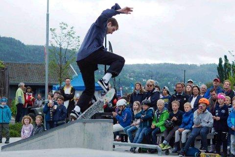 SHOWET: Med høye hopp og kule triks sørget noen av Norges beste skatere et skikkelig show for publikum i skateparken ved Hegg skole.