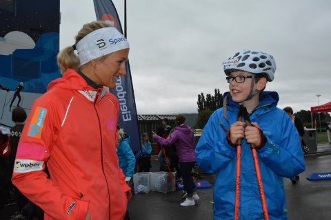 TIPS OG RÅD: Vetle Kjos Bakke (11) fra Undersrud syntes det var stas å få rulleski-råd fra Katrine Harsem på det norske skilandslaget.
