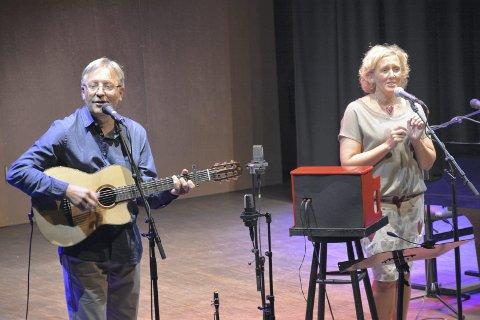 Kjent duo: Werner akkompagnerer på gitar, mens Mari trakterer keyboard, melodika, ukulele og kazoo. Arkivfoto: Stein Styve