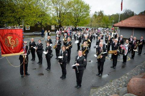 BYR PÅ SOMMERKONSERT: Mandag spiller Hennummusikken opp på Tranby torg. Her fra 17. mai-feiringen i år, like før avmarsj fra Hennummarka skole.