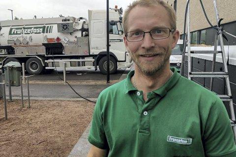 EN EKTE LIERDAGSHELT: Thomas Johansen, som jobber hos Franzefoss, sørget for 9000 liter rent og varmt vann i bassenget.
