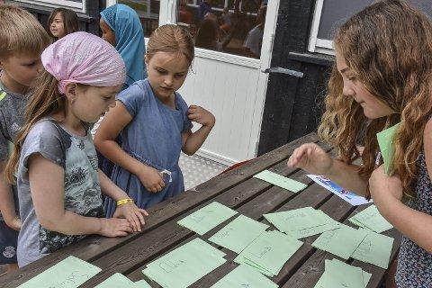 Lønningsdag i banken: Melissa Mjaaberg (til høyre) hadde mer enn nok å gjøre da de yngste elevene kom for å hente lommeboka si. Banken tok også vare på diplomene de fikk på postene som bevis på mestring.
