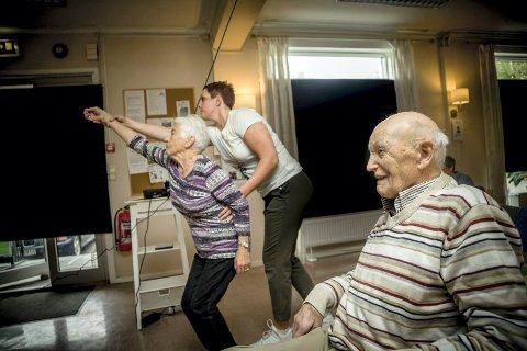 """MORO MED BOWLING: Med enkle, tekniske hjelpemidler kan man spille """"virtuell bowling"""" uten å måtte løfte en tung bowlingkule. Lier pensjonistforening etterlyser enda mer velferdsteknologi i Lier kommune."""