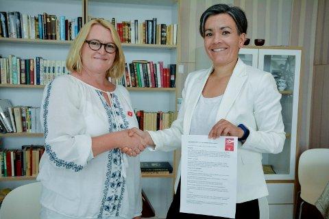 INNGIKK AVTALE: Generalsekretær Lisbet Rugtvedt i Nasjonalforeningen for folkehelsen og ordfører Gunn Cecilie Ringdal signerte avtalen om en mer demensvennlig kommune, på Fosshagen mandag.