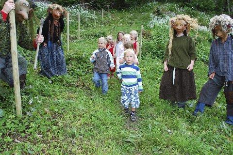 Første tur i trollskogen: Det var både spennende å morsomt for ungene som for ti år siden vandret gjennom Trollskogen for første gang. arkivfoto: Stein styve
