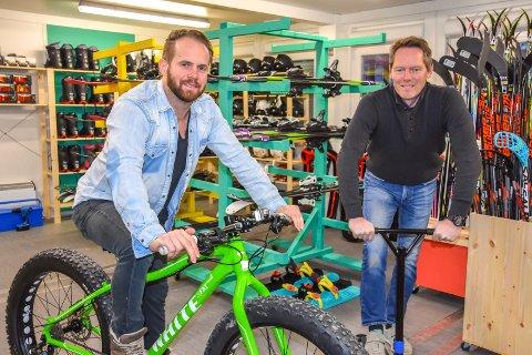 LÅNER UT SPORTSUTSTYR: Håvard Sagmoen (t.v., Kultur og Fritid) og Rune Bjelkarøy (BUA-koordinator) låner ut utstyr – helt gratis.