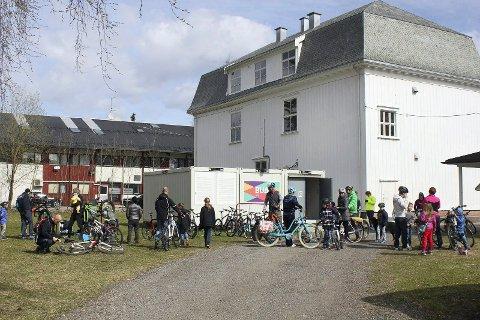 SYKLER: BUA låner blant annet ut sykler og sykkehjelmer. Her fra sykkeldagen i Lierbyen tidligere i år.