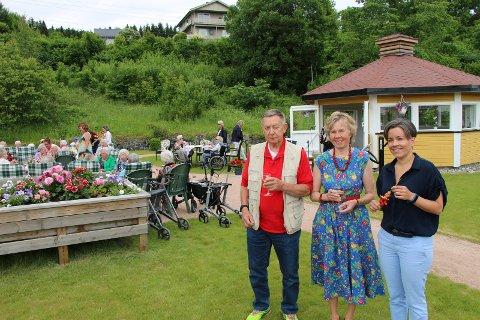 ÅPNINGSFEST: Jan Erik Fjelldal (t.v.), Else Ellevog og Gunn Cecilie Ringdal deltok under åpningen av den nye sansehagen på Gifstad.