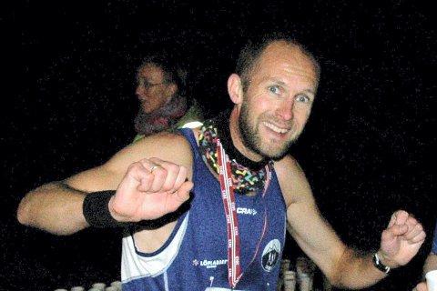 TRE LØP PÅ HALVANNEN TIME: Øystein Mørk tok utfordringen, og ble historiens første vinner av Fornebutrippelen.