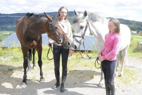 Gleder seg til NM på hjemmebane: Camilla Finsrud (til venstre) og Fanny Carine Bærø klarte å begge å kvalifisere seg til NM i sprangridning på Linnesvollen. For begge var det egentlig bare en bonus å klare dette i år. Camillas hest er en sju år gammel nederlandsk varmblodshest. – Feona kan være litt urolig på oppvarmingsbanen, men når hun kommer inn på konkurransebanen har hun fullt fokus på å hoppe, forteller Camilla. Fanny Carines hest er en 12 år gammel ponni ved navn Barretstown Rascall, som hun beskriver som en rolig og sindig kar.