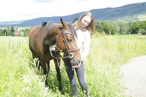 NM-kvalifisert på første forsøk: Hestene i sprangridning må være minimum sju år for å kunne delta i NM. Camilla Finsruds Feona klarte det i første forsøk.