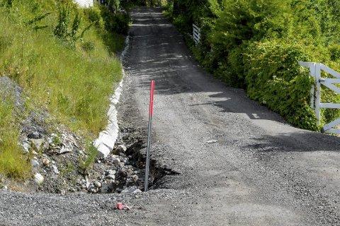 BLIR STADIG SMALERE: Ved den nye stikkrennen for overvann raser det stadig nye biter av veien ut i grøfta, noe som gjør Hennumveien stadig smalere på det aktuelle punktet.