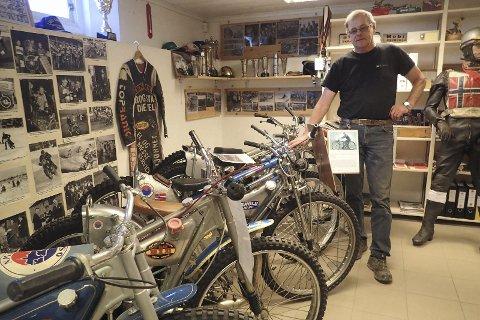 På rekke og rad: Her viser museumsbestyrer Hans Erik Fuglerud fram motorsyklene til legender som Leif Basse Hveem, Henry Stompa Andersen og Åge Hansen.