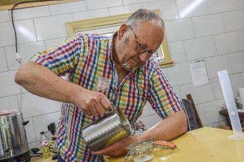 Håndverk: Alle lysene blir støpt for hånd, og det er viktig å ha riktig temperatur. I tillegg til glassene han støper i, har han inngått samarbeid med keramiker Eve Anita Sand Kristiansen, som har laget små boller i keramikk med motiver av jordbær og epler på han støper lys i.