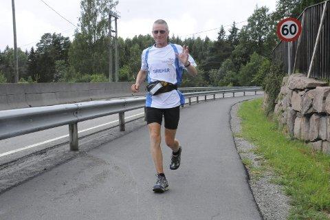 I godt driv etter rundt 2300 kilometer: Henry Wehder løp lørdag gjennom Lier, på vei til Larvik for å rekke søndagens ferje fra Larvik til Danmark. Her er han i godt driv nedover Lierbakkene.