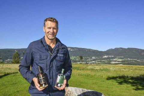 Ingen skyer på himmelen: Ståle Håvaldsen Johnsen fra Kimerud gård synes det er spennende at både gin og akevitt fra gården kommer seg ut i verden.