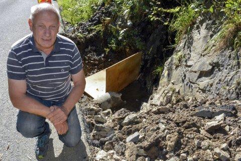 HAR ETTERLYST TILTAK: Like etter flommen 6. august i fjor, som vasket bort gårdsplassen til Knut Kværner, ba han veivesenet om å gjøre noe med stikkrenna som ikke klarte å ta unna alt vannet. Først nå, ett år senere, kan han se at noe er blitt gjort på stedet.