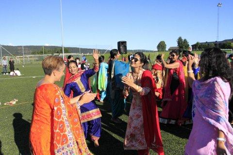 BLE MED I DANSEN: Under fjorårets arrangement fikk også ordfører Gunn Cecilie Ringdal bli med i dansen, ikledd fargerike, indiske gevanter.