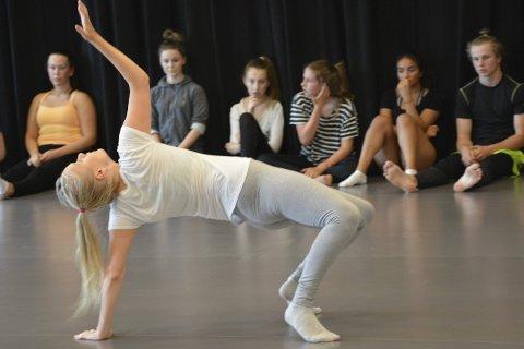 IMPRODANS: Under workshopen med pedagoger fra operaballetten, måtte danseelevene på St. Hallvard improvisere foran klassevennene.
