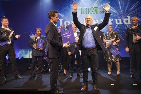 BLE TILDELT PRIS: Jon Buxrud ble sist uke tildelt Kremmerprisen. Her sammen med blant andre konsernsjef i NorgesGruppen, Runar Hollevik.