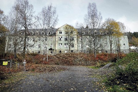 KAN RIVES: De nedlagte bygningene på Lier sykehus er plaget med uvedkommende besøk. Derfor starter rivingen allerede i september.
