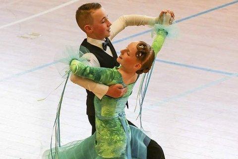 Svinger seg: En av Elvebyen Sportsdanseklubbs dansere er Ole Gunnar Eriksen (13) som bor i Lier. Han danser konkurranser rundt omkring i hele Norge sammen med sin partner Adele.
