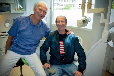 GOD TONE: Den gode tonen mellom tannlege Truls Moen og pasient Roger Pedersen har bidratt til at Rogers tannlegeskrekk nå er borte.