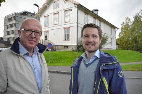 PUSSET OPP UTE OG INNE: Daglig leder Erling Eri og prosjektleder Fridtjof Elvesæther i Lier Eiendomsselskap KF er godt fornøyde med jobben Tømrermesterene Bogen og Mathisen AS har gjort - både utvendig og innvendig i Hegsbrobygget.