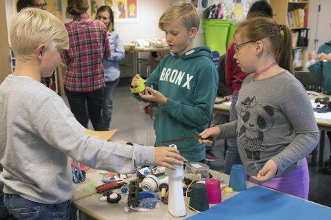 IVRIGE PLASTKUNSTNERE: Felix Faale, Julius Mørck og Iselin Nilsen Rislien på Gullaug skole i full sving med å skape kunst av plast. Resultatene kan du se på Galleri Perrongen 23. og 24. september.