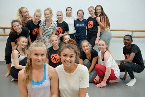 GLEDER SEG: Eline Skar (foran t.v.), Michelle Collings og de andre elevene på danselinja syntes det var spennende å få jobbe med en profesjonell instruktør – i tillegg til sine faste danselærere. Nå gleder de seg til danseforestillingen på Lier kulturscene torsdag og vandreforestilling i Lierbyen sentrum søndag.