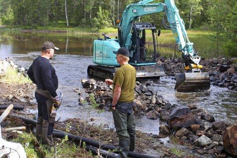 STORDUGNAD: Lars Erik Moen og Bjørn Espegard er imponert over gravemaskinfører Per Ivar Gundersens håndtering av gravemaskinen under restaurering av bekkeløpet i Dypingbekken.