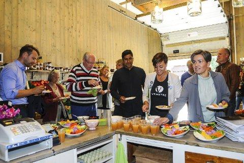 FIKK EN SMAK: Politikerbesøk på Gilhus Gård. Vi ser blant annet (fra venstre) Jon Helgheim (Frp), Aud Kolberg (Ap), Martin Kolberg (Ap), Tove Hofstad (V) og ordfører Gunn Cecilie Ringdal (H).FOTO: PÅL A. Næss