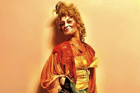 Mange kostymeskifter: Cathrine Lund koser seg med det hektiske livet på musikalscenen. I Les Misérables har hun flere roller, og kostymene er mange. På under tre timer er hun blant annet tigger, fabrikkarbeider og frihetsforkjemper. Foto: Privat