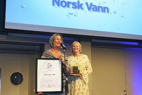 GLADE PRISVINNERE: Live Johannessen og Helle Marie Buind fra drammen kommune tok imot prisen på vegne av Godt vann Drammensregionens samarbeidet på Norsk vanns årsmøte.