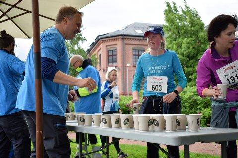 JENTEBØLGEN: Godt vann Drammensregionen bemannet drikkestasjonen i løypa og i mål under jentebølgen 2017. Her servert gutta kaldt frisk vann mens jentene var med å løpe.