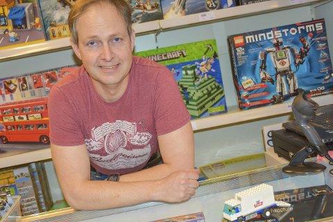 Med bilen: Helge Viker trives blant byggesett og Lego-klosser i Klossehuset på Lierstanda. Og med Tine-bilen som startet det hele.