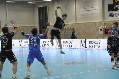 Sterk kamp: Jørgen Jansrud spilte en meget sterk kamp for St. Hallvard mot Follo. 21-åringen satte inn ti mål i 26-21-seieren.